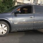Опасность повсюду: в Кишиневе водитель угодил колесом в яму (ВИДЕО)