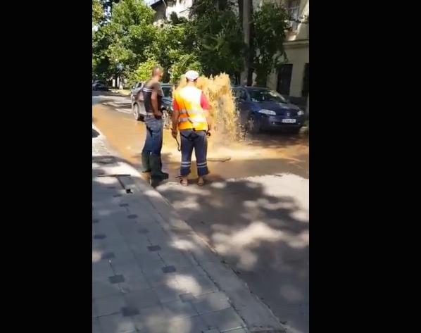 В центре Кишинева прорвало трубу: посреди проезжей части бьет фонтан из фекалий (ВИДЕО)