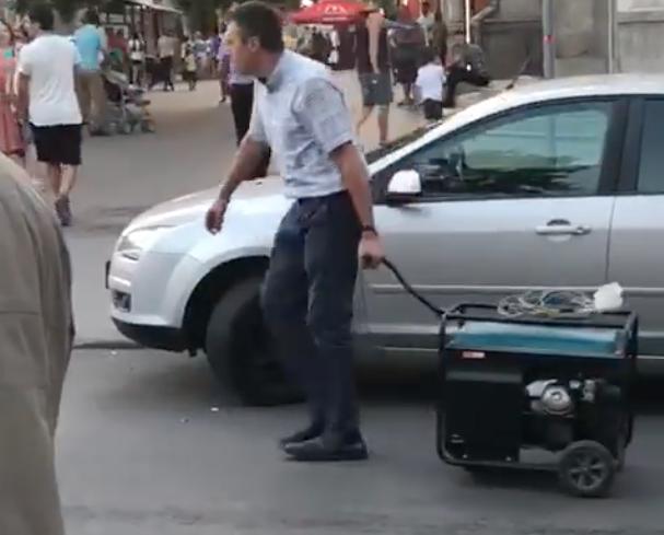 Киртоакэ стал грузчиком на протесте Нэстасе (ВИДЕО)