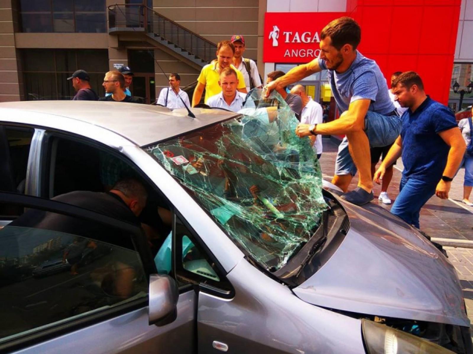 Серьезная авария в центре столицы: две машины оказались всмятку (ФОТО)
