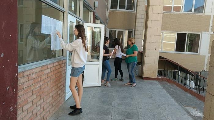 Волнительный день для выпускников: обнародованы результаты экзаменов на степень бакалавра