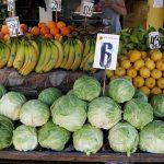 """Чем """"глубже"""" лето - тем дешевле фрукты и овощи: какие цены предлагает Центральный рынок (ФОТО)"""