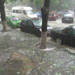 Последствия дождя: в Кишиневе маршрутка с пассажирами застряла в воде