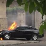 В центре Кишинева загорелся автомобиль (ВИДЕО)