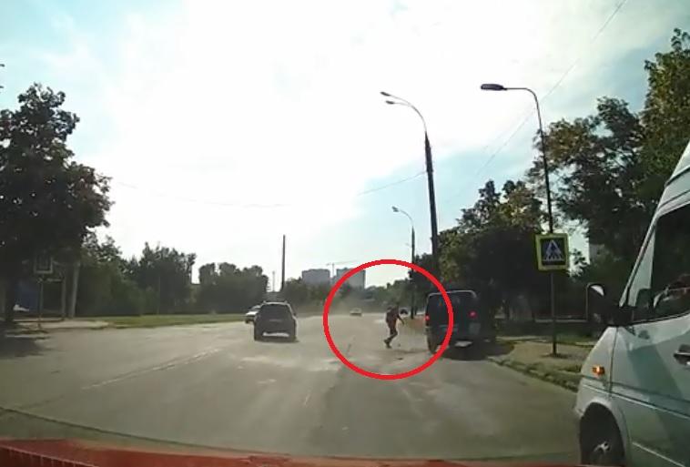 Невероятное везение: кишиневец чудом спасся от наезда, поучаствовав и в ДТП (ВИДЕО)