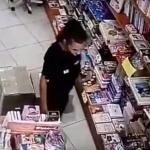 В столичном книжном магазине девушка незаметно украла телефон у продавца (ВИДЕО)