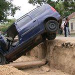 Зрелищное ДТП в Тирасполе: таксист угодил в траншею (ФОТО)