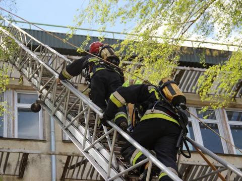 Столичным пожарным пришлось спасать пенсионерку из окутанной дымом квартиры (ВИДЕО)