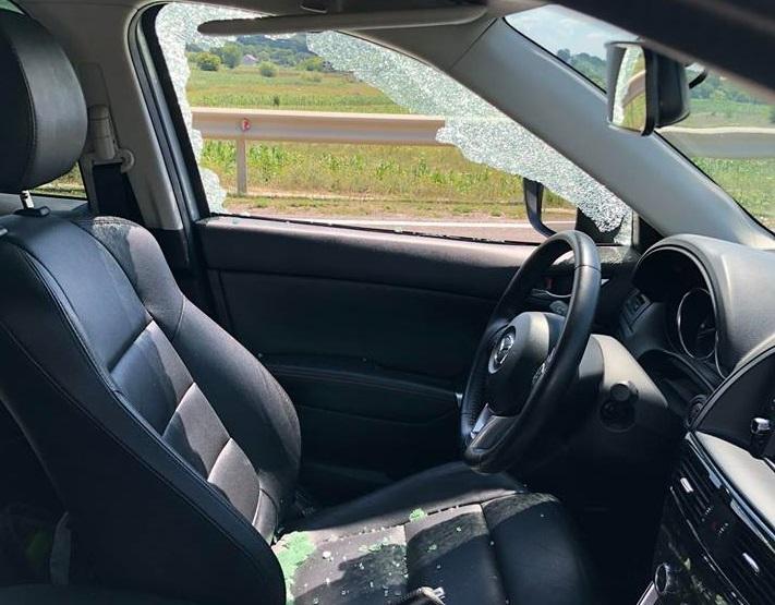 На Леушенской трассе из-за рассыпанного щебня пострадали несколько автомобилей (ВИДЕО)