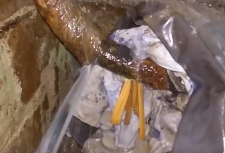 """""""Чопик"""" вместо новой трубы: ремонт водопроводных сетей по-кишиневски сняли на видео"""