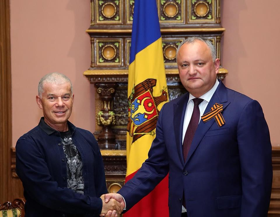 Газманов поздравил Додона с Днем дружбы и преподнес подарок (ВИДЕО)