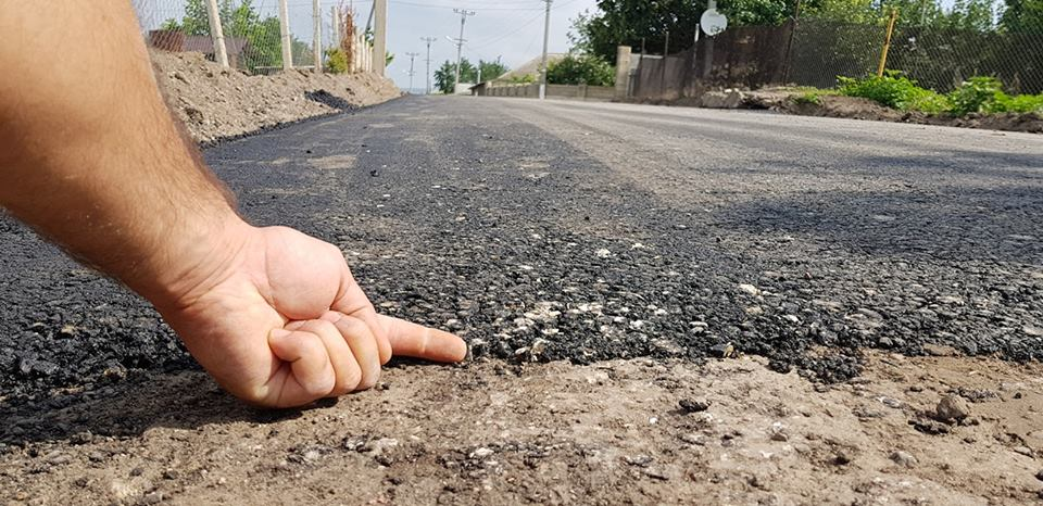 """Асфальт толщиной в палец, легко крошащийся руками: возмутительно """"качественный"""" ремонт дороги показали на видео (ФОТО, ВИДЕО)"""