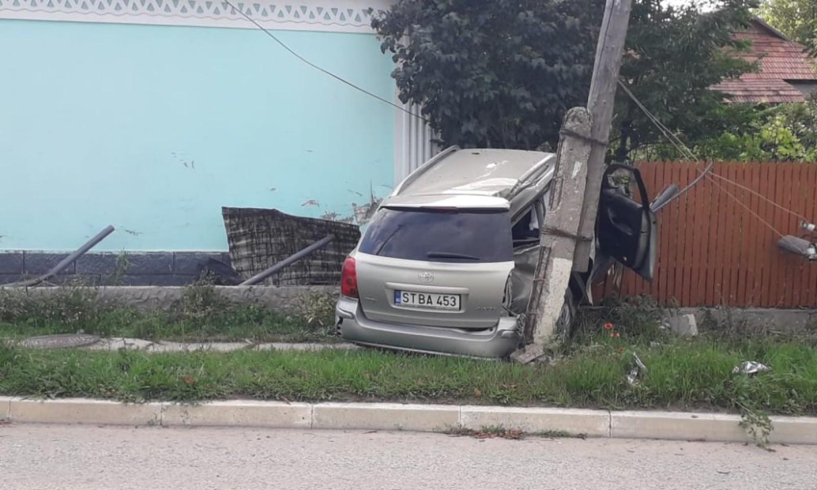 В Страшенах автомобиль снес забор и едва не повалил столб