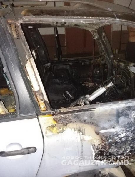 В Комрате сгорел припаркованный у многоэтажки автомобиль