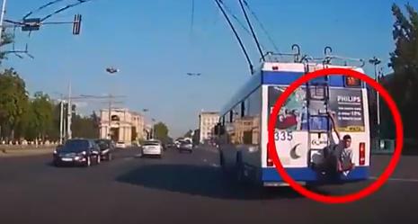 """Тарзан"" в городе: молодой человек прокатился на троллейбусе, повиснув сзади (ВИДЕО)"