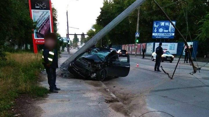 Жуткая авария в столице: девушка на полном ходу врезалась в столб и снесла его
