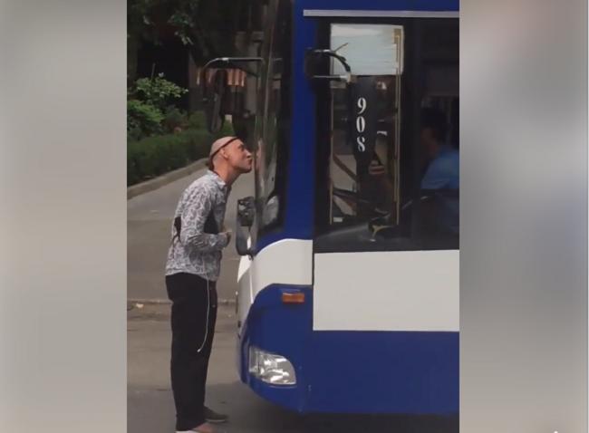 В Кишинёве неадекватный мужчина решил облизать троллейбус и парализовал движение транспорта (ВИДЕО)