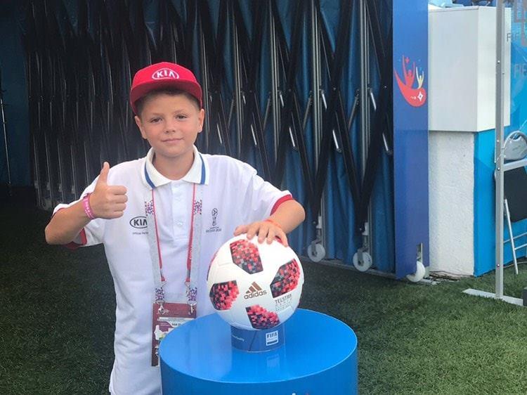 11-летний мальчик из Молдовы вывел Криштиану Роналду на поле в игре с Уругваем (ВИДЕО)