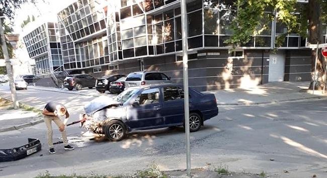 Авария в Кишинёве: в центре города столкнулись две легковушки (ФОТО)