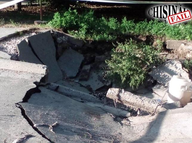 Полный провал: на одной из столичных улиц дорога превратилась в руины (ФОТО)