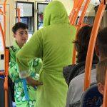 Договор дороже денег: в Кишинёве двое парней проехались на троллейбусе в женских халатах (ВИДЕО)