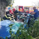 В Сынжерей машина влетела в дерево: понадобилась помощь спасателей (ВИДЕО)