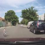 В столице водитель чудом не задавил перебегавшего дорогу малыша (ВИДЕО)