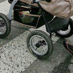 В шаге от трагедии: таксист на высокой скорости пронёсся в метре от коляски с ребёнком (ВИДЕО)