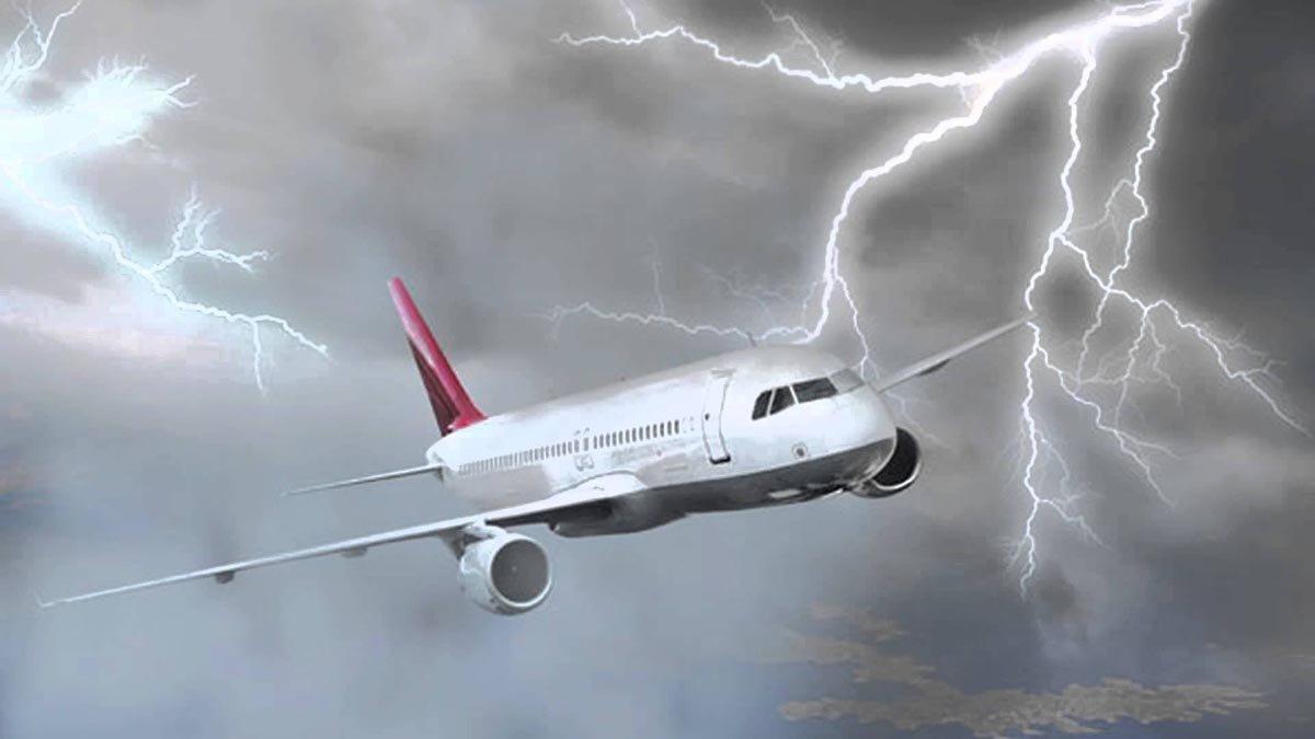"""""""Улетели с четвёртой попытки"""": родственница пассажиров повреждённого от удара молнии самолёта, рассказала, через что им пришлось пройти"""