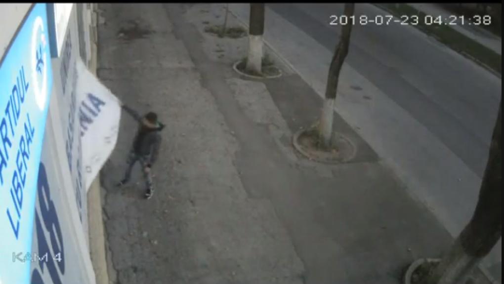 """""""Униря"""" не пройдет: в Кишиневе молодой человек сорвал противозаконный баннер с офиса либералов (ВИДЕО)"""