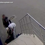 На улице Кишинёва пьяного мужчину «обчистили», пока он спал на ступеньках здания (ВИДЕО)