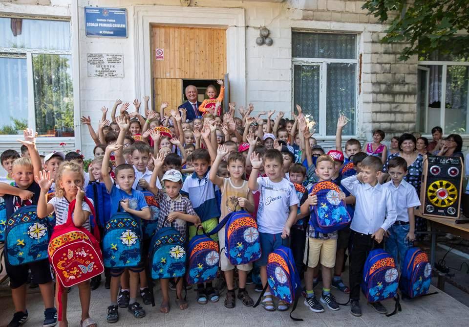 Додон в Криулянах раздал более 100 ранцев со школьными принадлежностями (ФОТО)