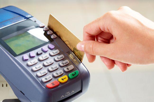 Каждая вторая операция с банковскими картами в Молдове — это безналичные платежи