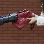 В Бельцах два молодых человека напали и ограбили женщину