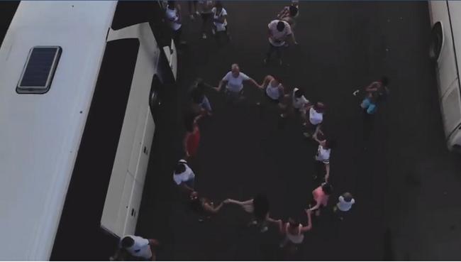 Знай наших: ожидающие своей очереди на таможне молдаване пустились танцевать хору (ВИДЕО)