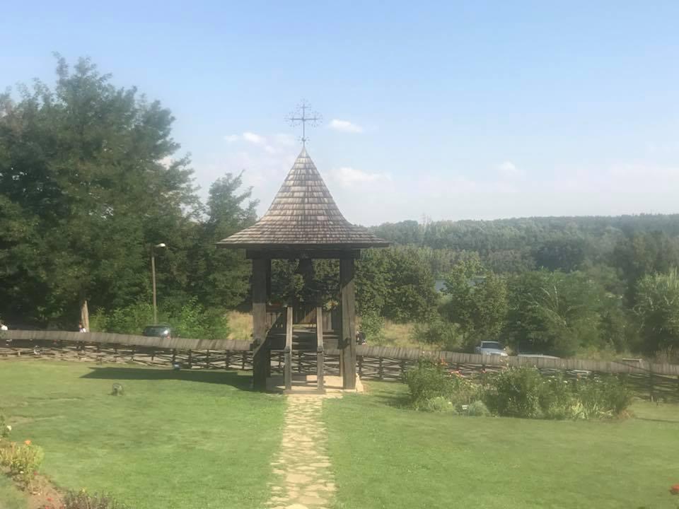 Чебан посетил уникальную действующую деревянную церковь Успения при въезде в Кишинёв (ФОТО)