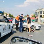 В центре Кишинева столкнулись мотоцикл и автомобиль (ФОТО)