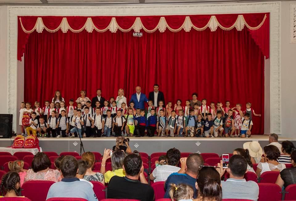 Додон в Гагаузии раздал ранцы и школьные принадлежности будущим первоклашкам (ФОТО)
