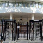 Страх или осторожность? Парламент окружили забором и поставили два турникета (ФОТО)