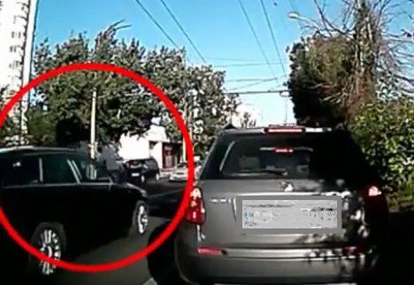 В Кишиневе был сбит пешеход, переходивший дорогу не по правилам (ВИДЕО)