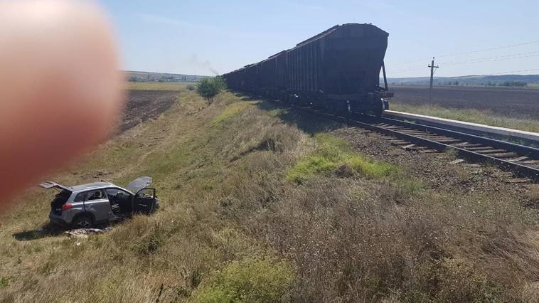 У села Первомайск столкнулись поезд и автомобиль: один человек погиб (ФОТО)