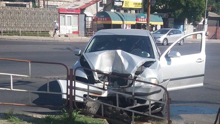 В центре Кишинева автомобиль врезался в ограждение (ФОТО)