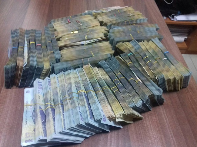 На границе остановили набитый деньгами автомобиль: таможенники насчитали 2 млн леев (ФОТО, ВИДЕО)