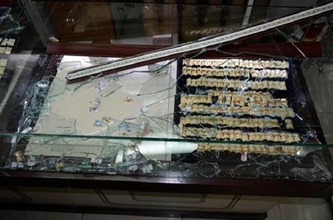 В столичном торговом центре неизвестные обчистили ювелирный магазин