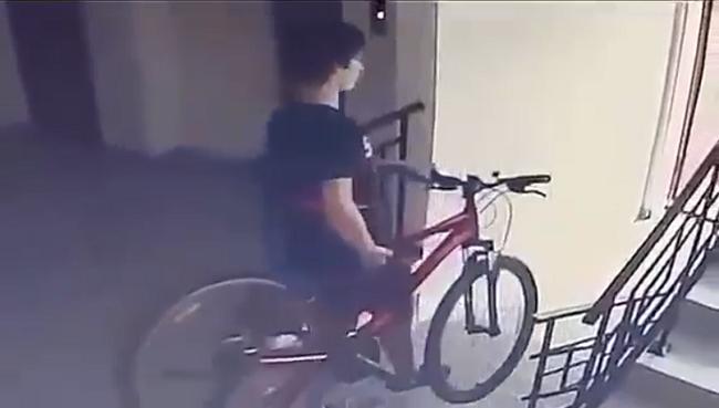 В Кишинёве невозмутимый вор пронёс велосипед под камерой видеонаблюдения жилого дома (ВИДЕО)