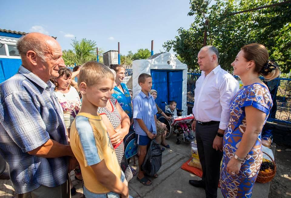 Протянули руку помощи: еще одна нуждающаяся семья получила новый дом от президента и первой леди (ФОТО)