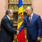 Додон вручил Орден почета послу Болгарии в Молдове
