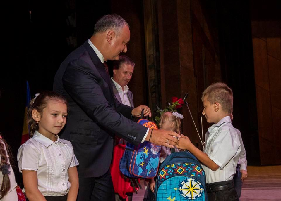 Первоклашки из Бельц получили в подарок от президента ранцы и школьные принадлежности (ФОТО)