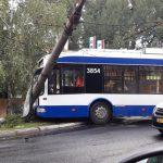 Мокрая дорога и высокая скорость: местные власти объяснили причину столкновения троллейбуса со столбом