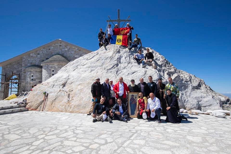 Додон – первый в мире действующий президент, который поднялся пешком на самую вершину Афона (ФОТО, ВИДЕО)